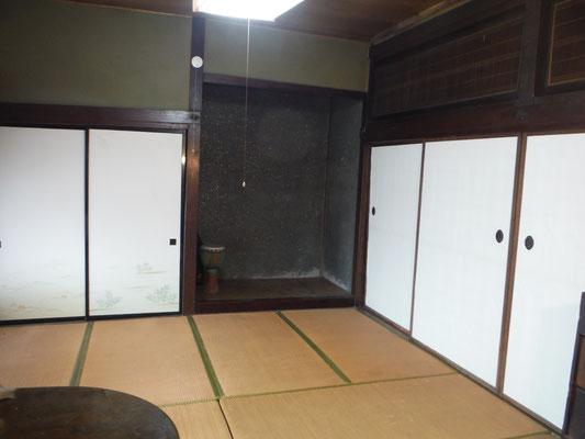 ぼたんの間は西が押し入れと床の間、北が客用寝室、東が夏居間と接している。