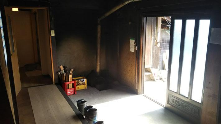 玄関は土間(コンクリ)。一角に薪灯油兼用ボイラーがあり、その奥が風呂。