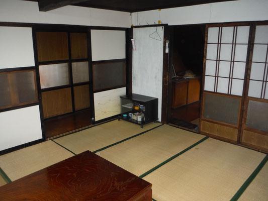 居間からは玄関(右)や台所・冬居間につながっている。