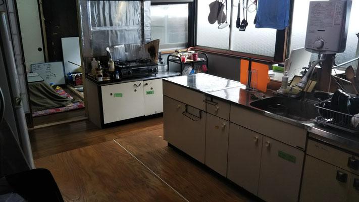 台所。すぐそばに薪ストーブの部屋がある。