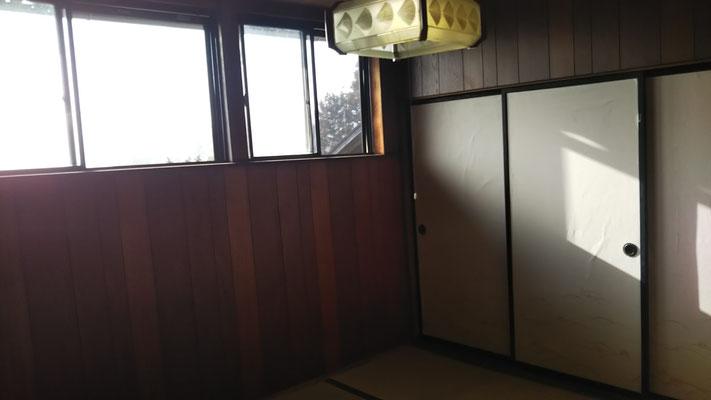 母屋2Fのメンバー居室「たら」の間。南向きの高窓からタラの林や遠くの山が見える。
