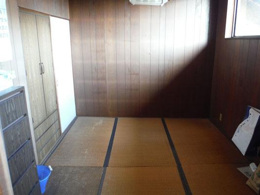 母屋2Fの「あずさ」の間6畳。現在ふとん部屋になっている。高窓から作業ガレージの向こうに鶏(あずさ)小屋が見える。