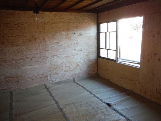 メンバー居室のくわの間。東向きの窓から桑林が見える。