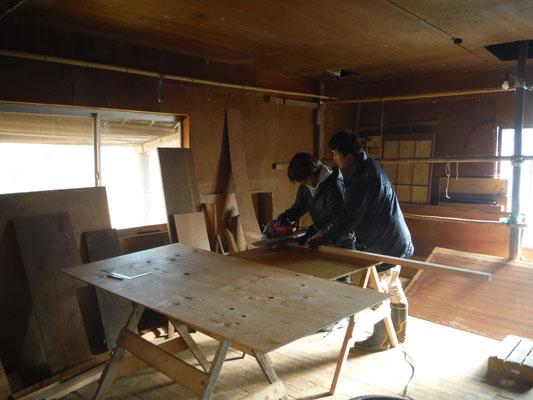 工作室。丸ノコ、ジグソー、集塵機などがある。