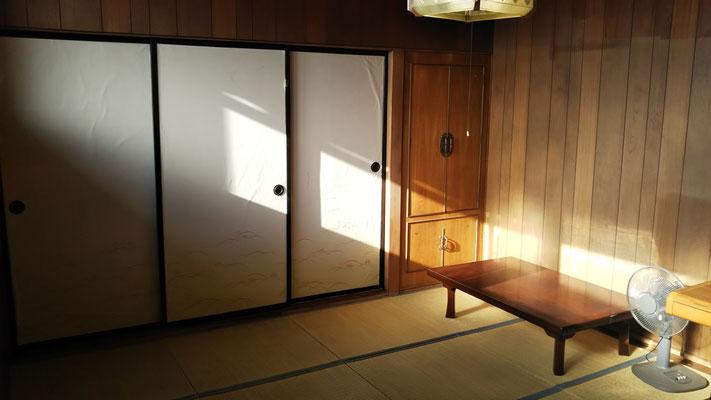 たらの間の押し入れは1間半、クローゼットもある。1Fの居間や台所と離れており、プライバシー高め。