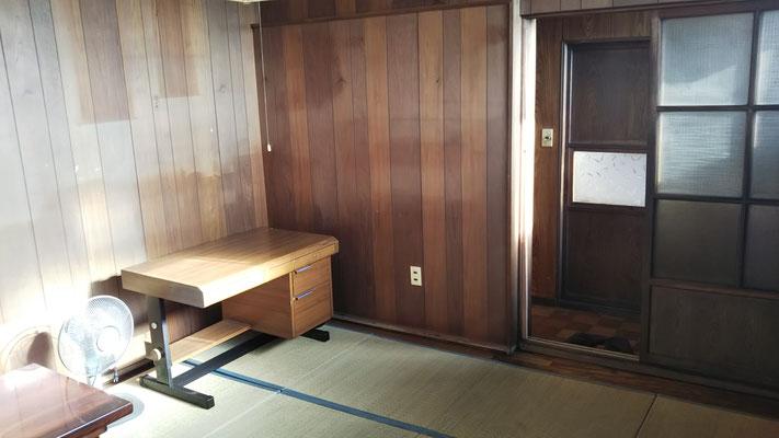 たらの間の向かい(写真右奥)は「あずさ」の間で、現在はふとん部屋。