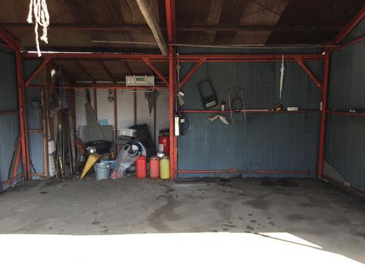 ガレージ。車2台入る。
