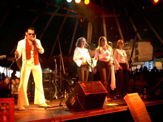 Als Backgroundsängerin - Elvis Showband - Tollwood in München