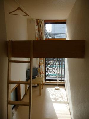 203号室です。角部屋で窓が2ヶ所あります