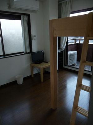 401号室です、東南側と南西側に窓が2ヶ所あり、専用ベランダもあります