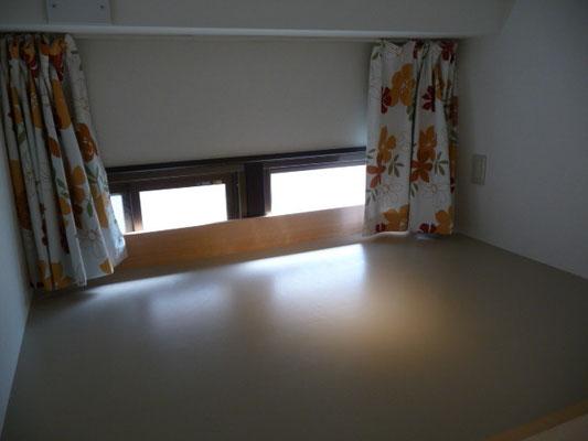 303号室です、ロフトが便利です