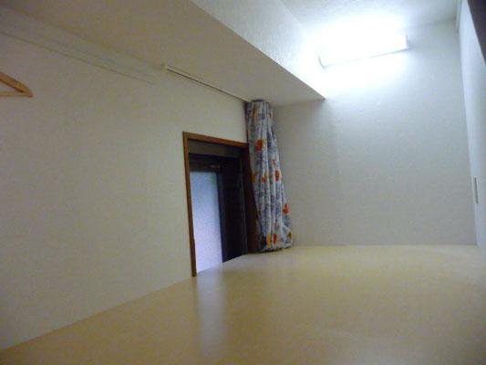 ドミトリー1-B号室です、上の段です、窓開きます