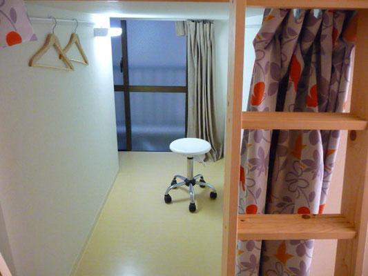 ドミトリー1-A号室、下は机と椅子、引き出しが付いてます