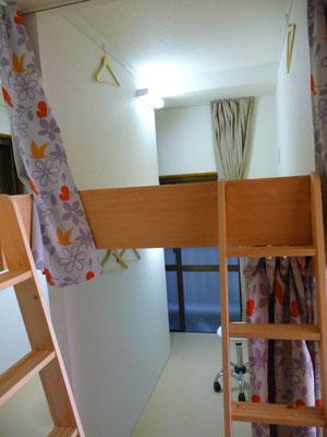 ドミトリー1-A号室です。2段ベット上下使えます、窓あります