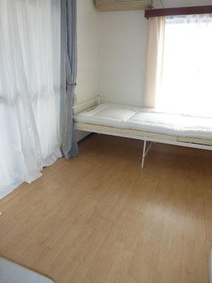 102号室。南向きの大きな窓があり、明るいお部屋です