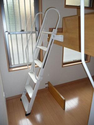 階段を延ばした状態です。軽~く片手で動きます