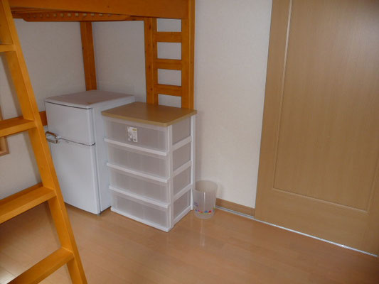 冷蔵庫は2ドア。これでアイスも溶けません~(笑) 引き出しも4段、洋服たくさん入ります~~