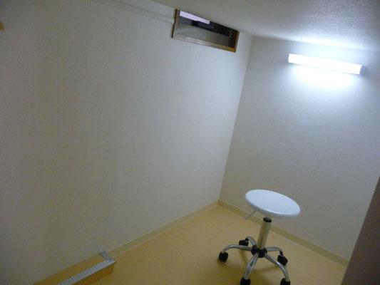 ドミトリー1-B号室、下には机、椅子、引き出しがあります