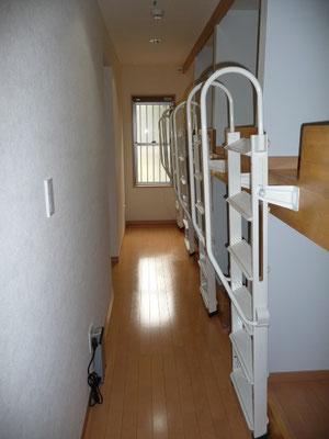 ドミトリーの階段です。これはたたんでる状態です