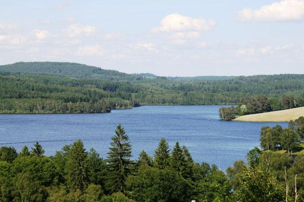 Le Lac de Vassivière (vue depuis Auphelle, commune de Peyrat-la-Château), une étendue de près de 1000 hectares créée par un barrage en 1952.