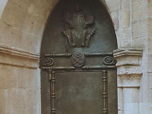 Im angedeuteten Türsturz das Wappen von Bernhard von Clairvaux, Bild: H. Forsch