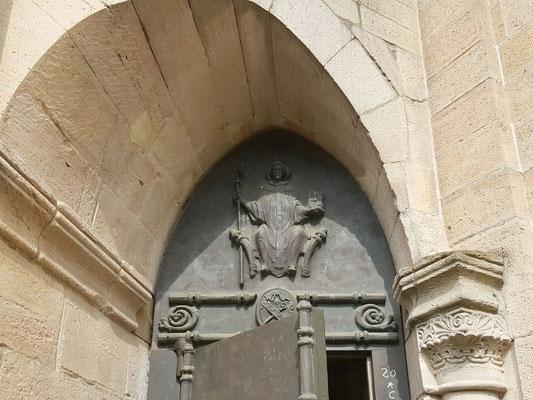 Im oberen Teil ein Relief von Bernhard von Clairvaux als thronender Abt, Bild: H. Forsch