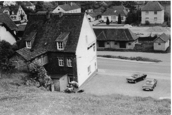 1960, Blick von der Alleestrasse aus. Hinten Teile vom Bahnhof Otterberg und dahinter die Bachstrasse, Bild: Udo Krassowski