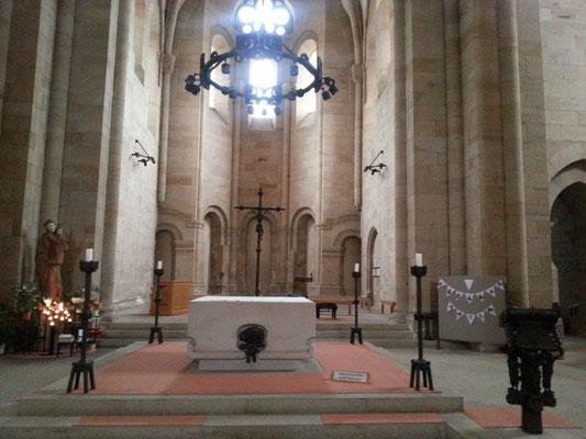 Altar und Apsis Blickrichtung Osten