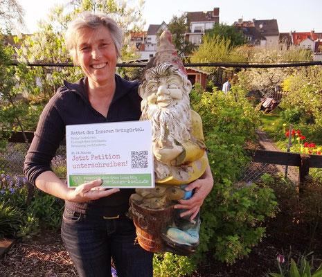 """Heike sagt: """"Wir sind doch keine stummen Gartenzwerge, die alles über sich ergehen lassen. Wir wollen keinen Häuserbau um jeden Preis im Inneren Grüngürtel"""". Der Rat der Stadt Köln entscheidet am 28 Juni. Die Wählerinnen und Wähler haben es jetzt in der H"""