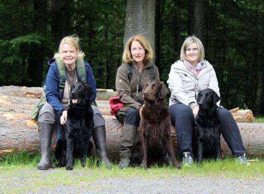 Rosmarie mit Chuna, Karin mit Doug und ich mit Meo