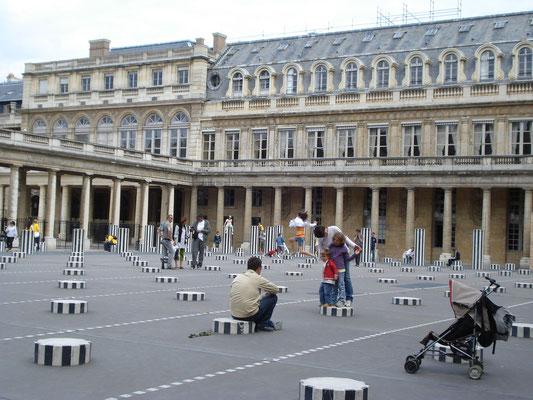 Visite guidée Paris en famille jeu Palais Royal Colonnes de Buren