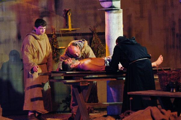 William (Jürgen Lechner), Adson (Christian Faul) und Severin (Alexander Ruth) untersuchen den Toten gründlich...