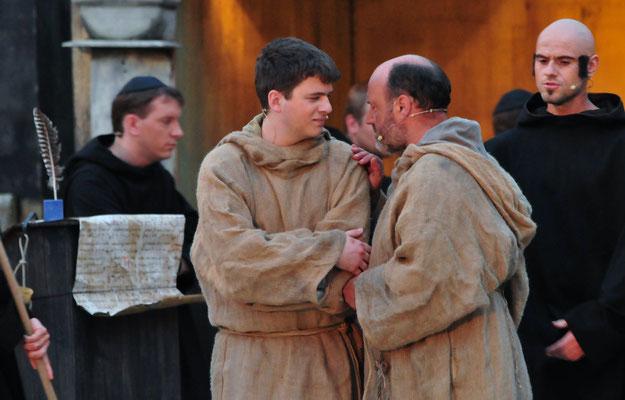 William (Jürgen Lechner) und Adson (Christian Faul) tauschen gesammelte Eindrücke aus.