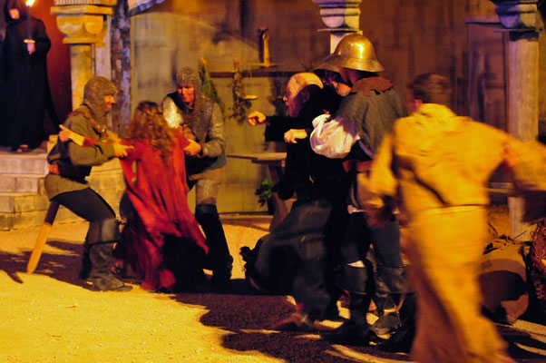 Als Salvatore (Florian Lang) und das Mädchen (Sandra Geist) schließlich von den Soldaten des Inquisitors verhaftet werden, versucht Adson (Christian Faul) einzuschreiten.