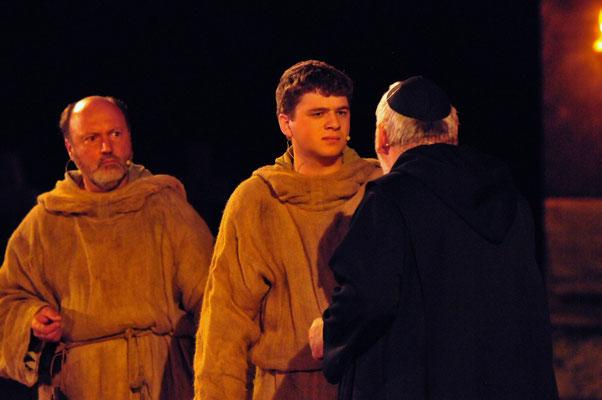 Der Abt (Walter Walden) lässt Adson (Christian Faul) schwören niemals auch nur ein Wort über die unheimlichen Vorgänge in der Abtei zu verlieren.