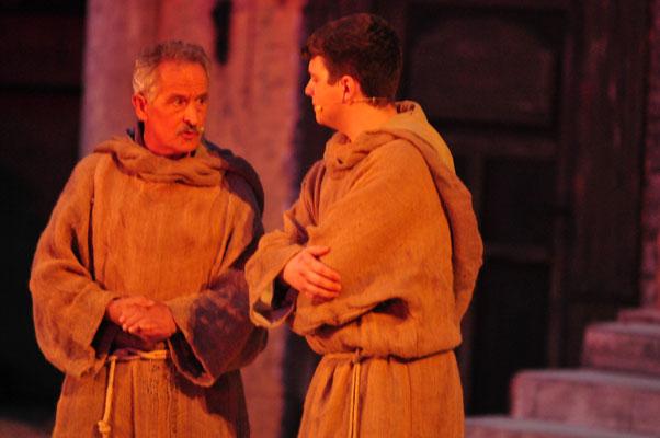 Adson (Christian Faul) befragt Ubertin von Casale (Werner Vogel) über Fra Dolcino.