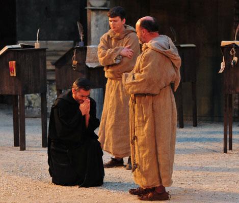 Unter den vielen Fragen bricht Berengar (Achim Rebele) sein Schweigen und erzählt William (Jürgen Lechner) und Adson (Christian Faul) dass er Adelmus in der Todesnacht noch einmal gesehen hat.