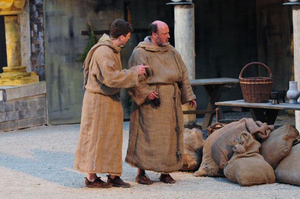 William (Jürgen Lechner) und Adson (Christian Faul) sprechen darüber ob und warum sich Adelmus in den Tod gestürzt hat.