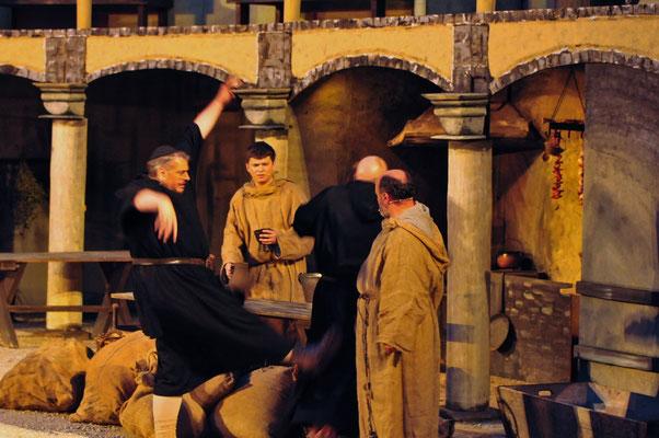 Eine hitzige Auseinandersetzung zwischen Salvatore (Florian Lang) und Remigius (Thomas Gerdes) öffnet Einblicke in die nächtlichen Aktivitäten der Mönche.
