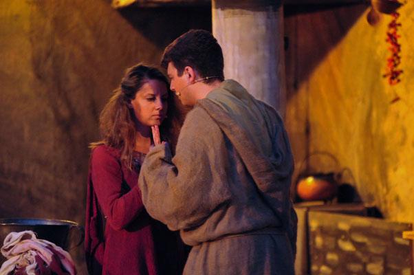 Ein armes Mädchen (Sandra Geist) hat es Adson (Christian Faul) angetan.