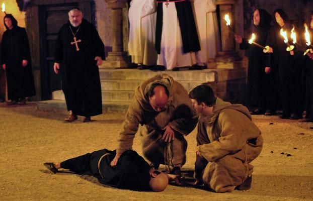 Als dann auch noch Bruder Malachias (Stephan Geist) stirbt, ist die Verwirrung perfekt.