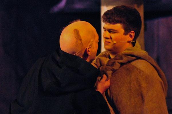 Adson (Christian Faul) gerät in eine seltsame Auseinandersetzung mit Salvatore (Florian Lang).