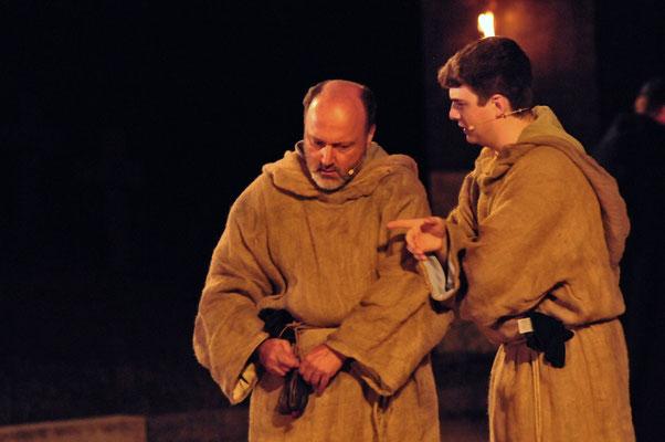 William (Jürgen Lechner) und Adson (Christian Faul) sind der Lösung des Rätsels zum greifen nahe...