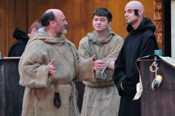 William (Jürgen Lechner) und Adson (Christian Faul) sprechen mit dem Bibliothekar Bruder Malachias (Stephan Geist)