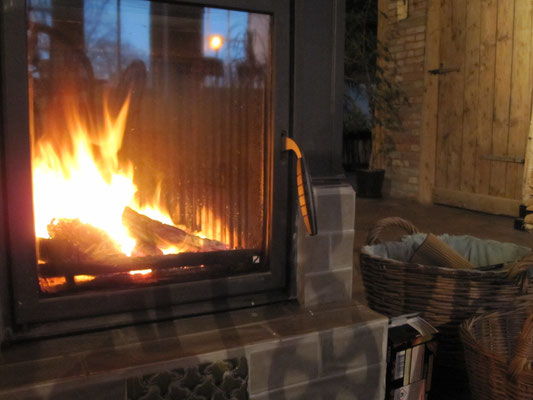 Gemütliches Feuer im Kachelofen