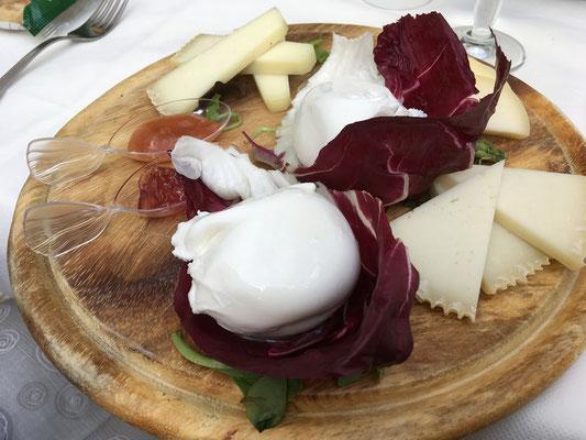 フレッシュチーズのブラータ、これは現地でしかいただけないものです。