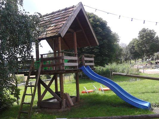 Spielplatz mit Pavillon und Rutsche