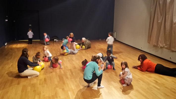 Danse, motricité libre Pickler, danse contemporaine, libre, créative, expression corporelle, Danse parents-enfants Normandie