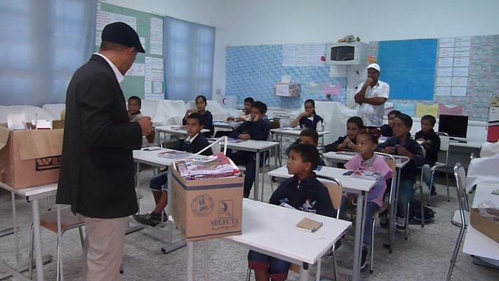 Distribution à l'école de Ksar Jouamaa