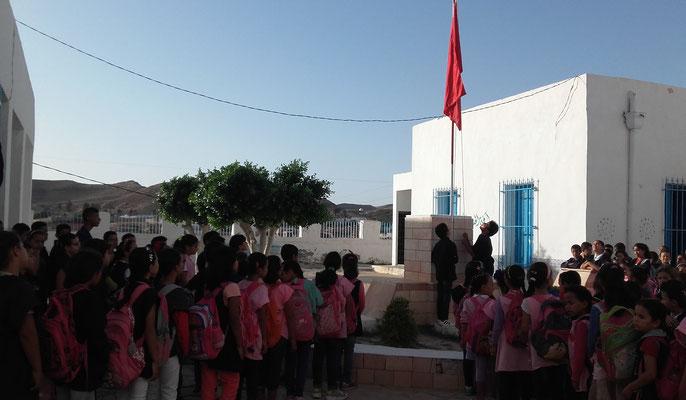 Début de la journée par l'Hymne Tunisienne, avec la levée du drapeau